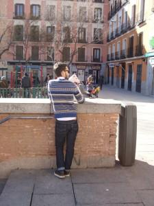 Hipster mit Hund auf der ohnehin recht hipnessgefährdeten Plaza dos de Mayo in Madrid.